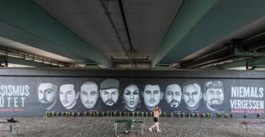 Unter der Frankfurter Friedensbrücke erinnert ein riesiges Wandbild an die neun Opfer des Anschlags in Hanau. Foto: Andreas Arnold/dpa