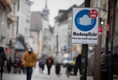 Maskenpflicht in der Innenstadt von Flensburg. Die Fallzahlen sind hier derzeit hoch. Es gibt viele Fälle von Virus-Varianten. Foto: Christian Charisius/dpa