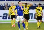 Der Schalker Bastian Oczipka (v.) ist nach einem Gegentreffer im Derby bedient. Foto: Martin Meissner/Pool AP/dpa