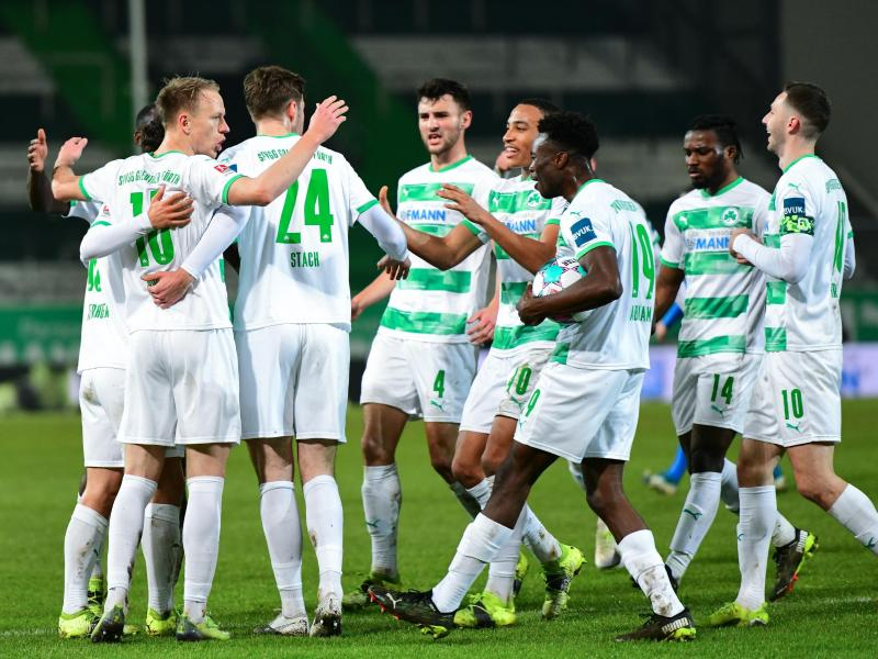 Die Spieler der SpVgg Greuther Fürth jubeln über ein Tor gegen Holstein Kiel. Foto: Matthias Merz/dpa