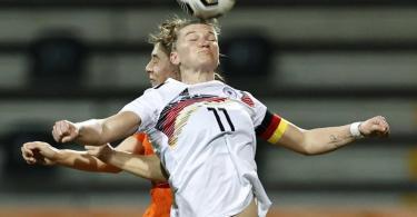 Die Niederländerin Aniek Nouwen (hinten) verliert das Kopfball-Duell gegen Alexandra Popp. Foto: Maurice Van Steen/ANP/dpa