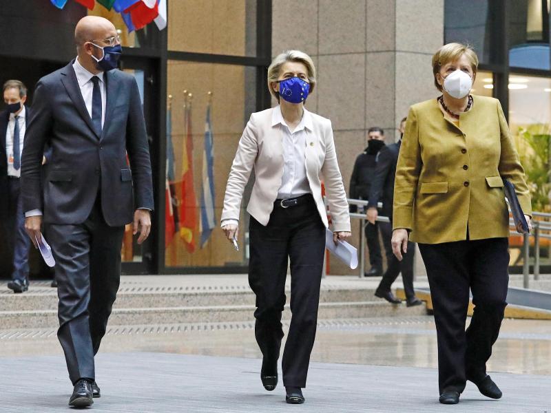 Charles Michel, Präsident des Europäischen Rates, Ursula von der Leyen, EU-Kommissionspräsidentin, und Bundeskanzlerin Angela Merkel kommen im Dezember 2020 am Ende eines Gipfeltreffens zu einer Pressekonferenz. Diese Mal findet das Treffen online statt. Foto: Mario Salerno/EU Council/dpa