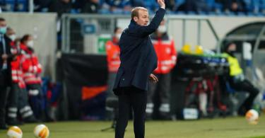 Kann das Europa-Aus nicht verhindern: Hoffenheims Trainer Sebastian Hoeneß gestikuliert an der Seitenlinie. Foto: Uwe Anspach/dpa Pool/dpa