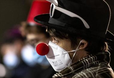 Die Corona-Zahlen sind zum jüdischen Fest Purim recht hoch:Das Gemeindemitglied mit geschmückter Maske schaut traurig aus. Foto: Fabian Sommer/dpa
