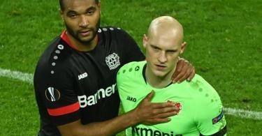 Leverkusens Jonathan Tah (l) und Niklas Lomb nach dem Aus gegen Bern. Foto: Ina Fassbender/AFP POOL/dpa