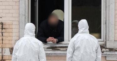 Die Furcht vor einer weiteren Ausbreitung der Coronavirus-Mutanten ist groß: In Hamm riegelte die Polizei nach einem bestätigtenFall mehrere Wohnhäuser ab. Foto: Bernd Thissen/dpa