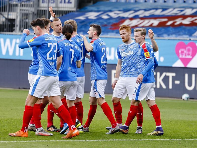 Die Spieler von Holstein Kiel feiern den Sieg gegen Erzgebirge Aue. Foto: Frank Molter/dpa