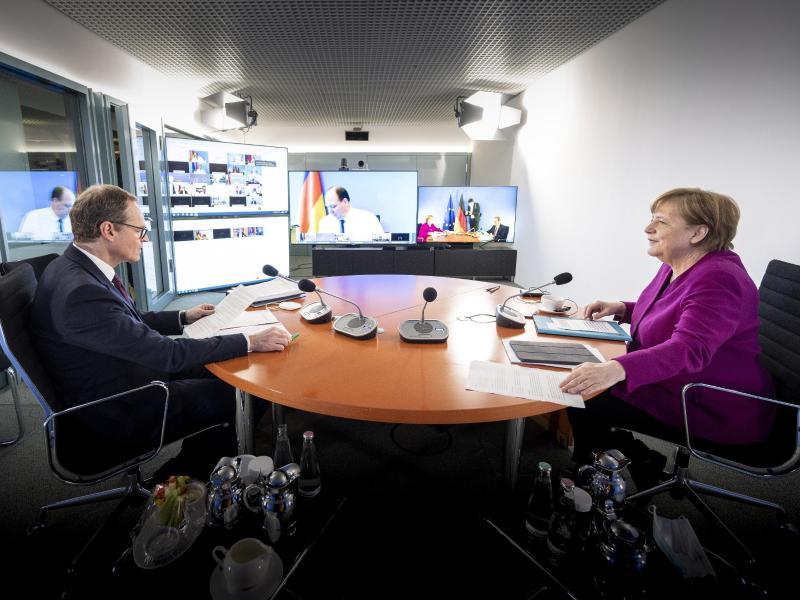 Kanzlerin Angela Merkel und der Regierende Bürgermeister von Berlin, Michael Müller zu Beginn der Videokonferenz. Foto: Guido Bergmann/Bundesregierung/dpa