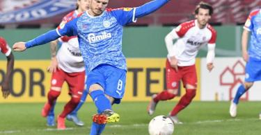 Kiels Alexander Mühling erzielt das 1:0 gegen RWE per Elfmeter. Foto: Martin Meissner/AP POOL/dpa