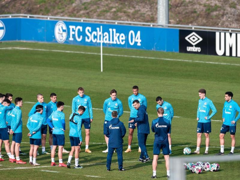 Auf Schalke setzt man die Hoffnung auf einen neuen Trainer: Dimitrios Grammozis (M) stimmt die Spieler ein. Foto: Fabian Strauch/dpa