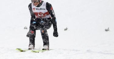 Karl Geiger jubelt nach der Landung über seinen Sprung. Foto: Daniel Karmann/dpa