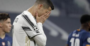 Juventus-STarspieler Cristiano Ronaldo kann das Aus nicht fassen. Foto: Luca Bruno/AP/dpa