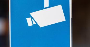 Ein Hinweisschild mit einer Kamera. Foto: Robert Michael/dpa-Zentralbild/dpa