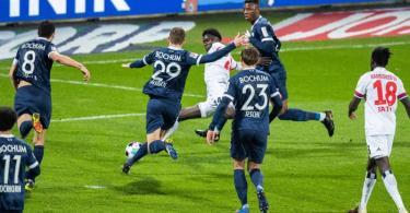 Amadou Onana (M) ebnete mit seinem Tor dem HSV den Weg zum Sieg beim Spitzenspiel in Bochum. Foto: Marcel Kusch/dpa
