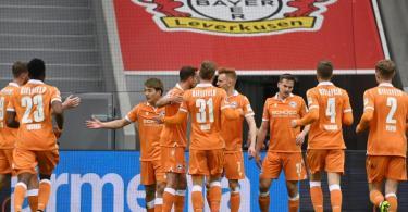 Bielefelds Ritsu Doan (3.vl) bejubelt sein Tor zur Führung mit seinen Mannschaftskollegen. Foto: Ina Fassbender/AFP-Pool/dpa