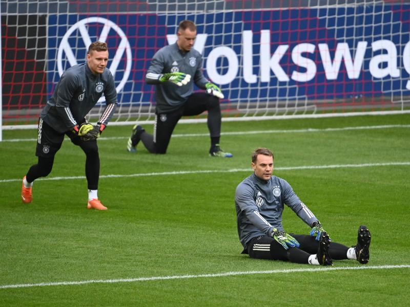 Teamkapitän Manuel Neuer (vorn) wärmt sich mit Marc-Andre ter Stegen und Bernd Leno (l) auf. Foto: Federico Gambarini/dpa