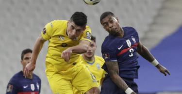 Frankreichs Presnel Kimpembe (r) kämpft mit dem Ukrainer Ruslan Malinowskyj um den Ball. Foto: Thibault Camus/AP/dpa