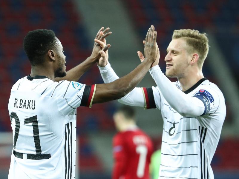 Torschütze Ridle Baku (l) und Arne Maier feiern das Tor zum 1:0 gegen Ungarn. Foto: Csaba Domotor/dpa