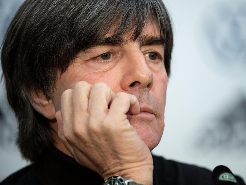 Bundestrainer Joachim Löw blickt während einer Pressekonferenz in die Runde. Foto: Marius Becker/dpa/Archivbild