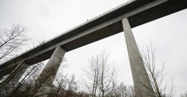 Die Teißtal-Brücke auf der ICE-Strecke zwischen Frankfurt und Köln. Foto: Andreas Arnold/dpa
