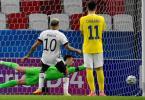 Deutschlands Lukas Nmecha schiesst einen Elfmeter gegen Rumäniens Torwart Andrei Vlad und trifft nur den Pfosten. Foto: Marton Monus/dpa