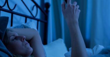 Das blau leuchtende Licht des Displays unterdrückt die Melatonin-Produktion. Besser man legt das Handy schon eine Weile vor dem Schlafengehen weg. Foto: Christin Klose/dpa-tmn