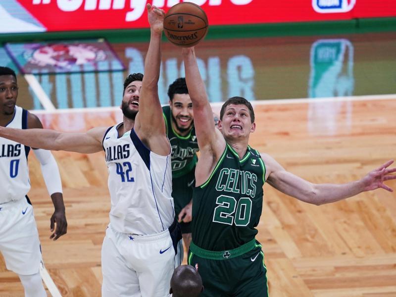 Deutsches Duell: Maxi Kleber (l) behielt mit den Dallas Mavericks gegen Moritz Wagner und die Boston Celtics die Oberhand. Foto: Charles Krupa/AP/dpa