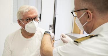 Bundespräsident Frank-Walter Steinmeier (l.) wird im Bundeswehrkrankenhaus mit dem Astrazeneca-Impfstoff geimpft. Foto: Steffen Kugler/Bundesregierung/dpa