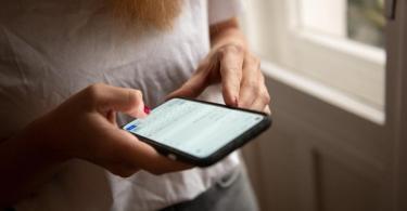 Kleine Botschaften per Messenger helfen in der Corona-Pandemie, mit Verwandten und Freunden in Kontakt zu bleiben. Foto: Zacharie Scheurer/dpa-tmn