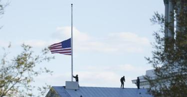 Die amerikanische Flagge am Kapitol wird auf halbmast gesetzt. Foto: Alex Brandon/AP/dpa