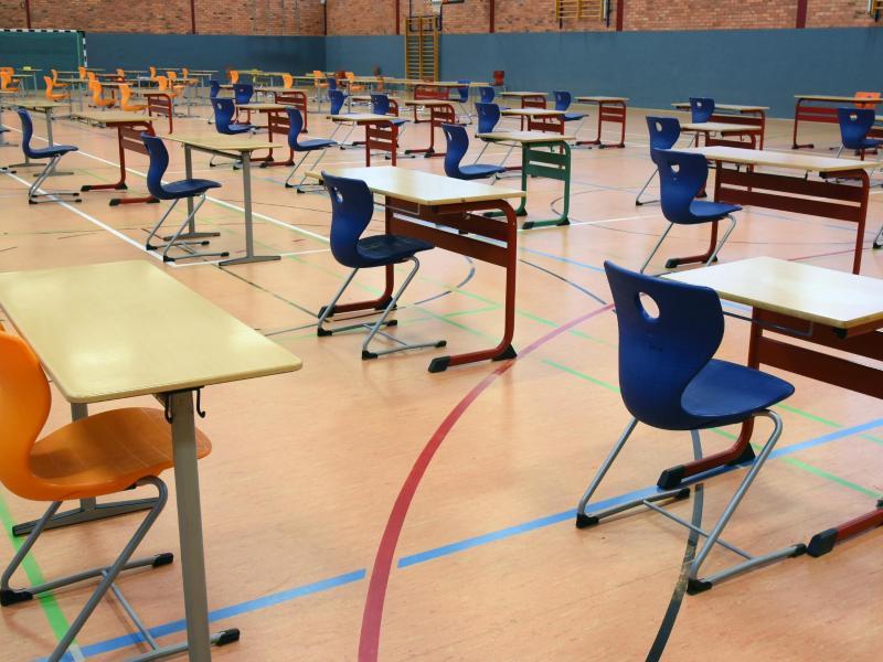 In einer Turnhalle in Leipzig sollen die Abiturprüfungen unter größten hygienischen Bedingungen geschrieben werden. Foto: Waltraud Grubitzsch/dpa-Zentralbild/dpa