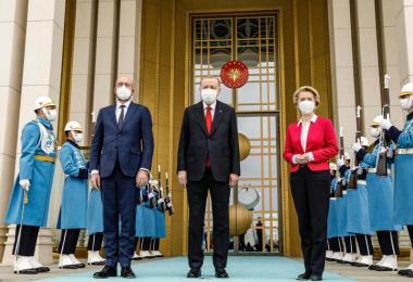 Der türkische Präsident Erdogan (M) empfängt Charles Michel und Ursula Von der Leyen. Foto: Dario Pignatelli/European Council/dpa