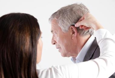 Bei Hörsystemen für hinter das Ohr (HdO) bekommt man im Vergleich zu Im-Ohr-Hörsystemen häufig mehr Technik für das gleiche Geld. Foto: Sascha Gramann/biha/dpa-tmn