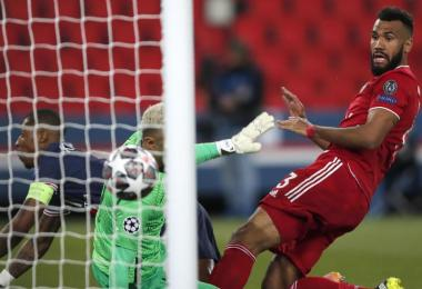 Eric Maxim Choupo-Moting (r) erzielt das Tor zum 1:0 für die Münchner gegen PSG-Torwart Keylor Navas (M). Foto: Francois Mori/AP/dpa