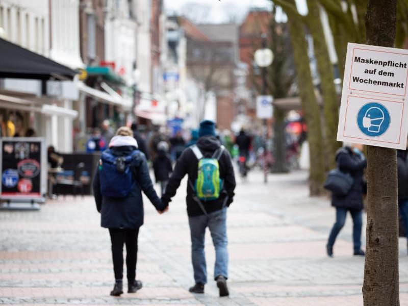 Maskenpflicht inEckernförde: Die Fallzaheln in Deutschland steigen. Foto: Christian Charisius/dpa