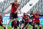 Gladbachs Matthias Ginter (2.v.l.) setzt sich gegen Frankfurts Luka Jovic (l) im Kopfballduell durch und trifft zum 1:0. Foto: Marius Becker/dpa