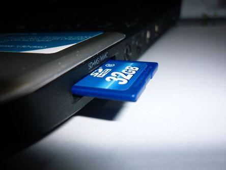 Cartão SD em um notebook