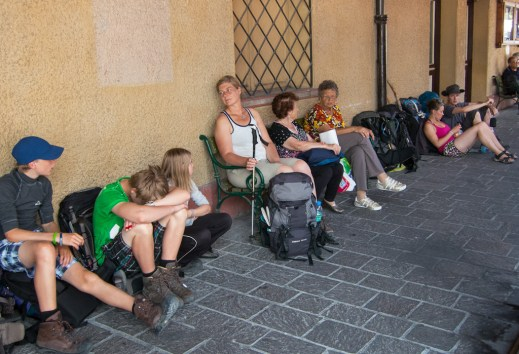 Cortina, hikers waiting for the bus
