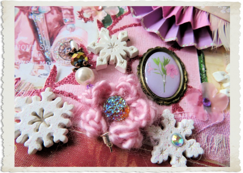 Details of pink crochet flower and medaillon on handmade Christmas hanger by Ingeborg van Zuiden my fairy beautiful world