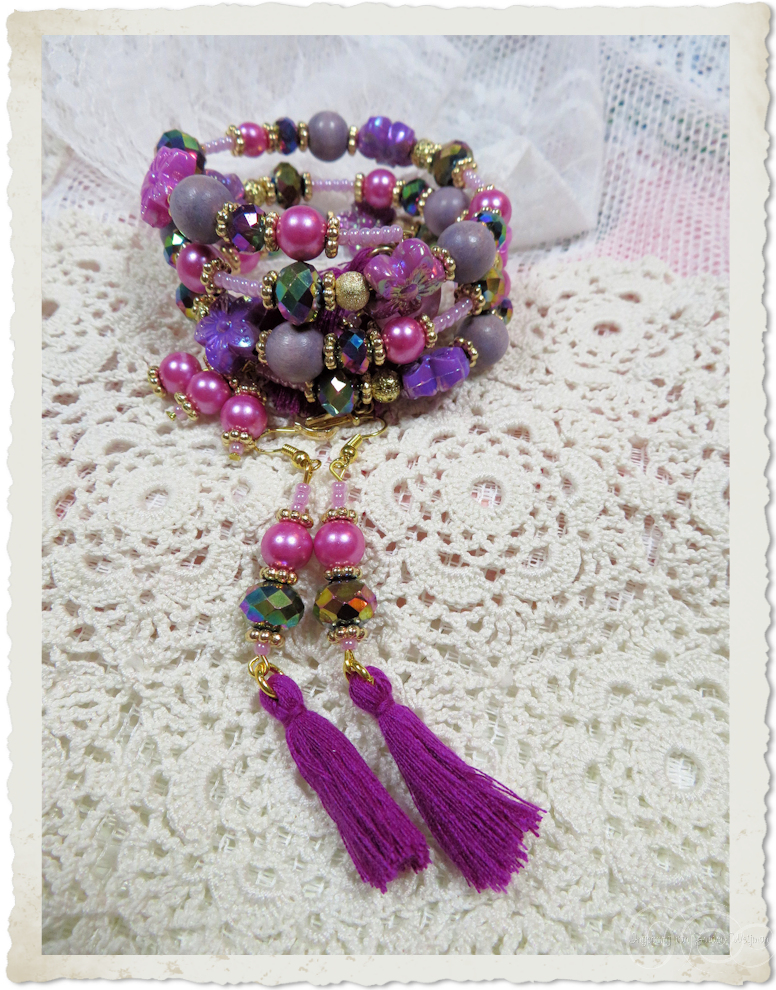 Set of pink purple memory wire bracelet and earrings with tassels by Ingeborg van Zuiden