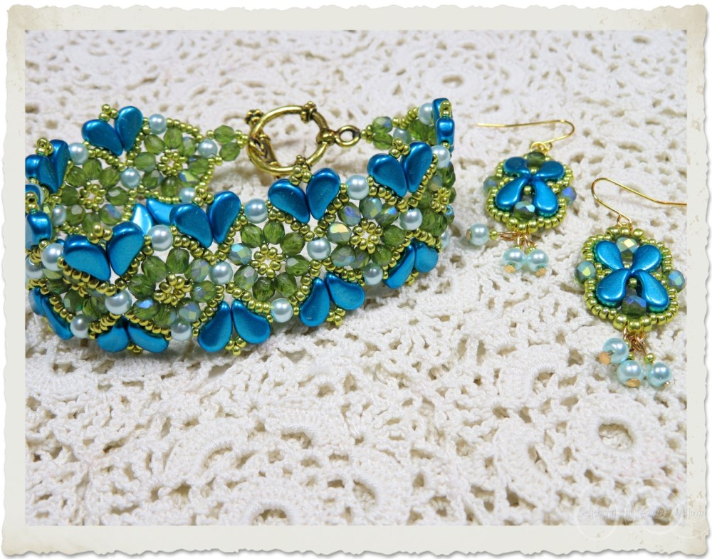 Set of bracelet and earrings with turquoise blue paisley beads