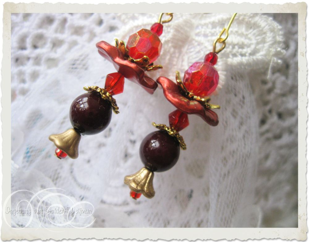 Christmas earrings with gold and red by Ingeborg van Zuiden