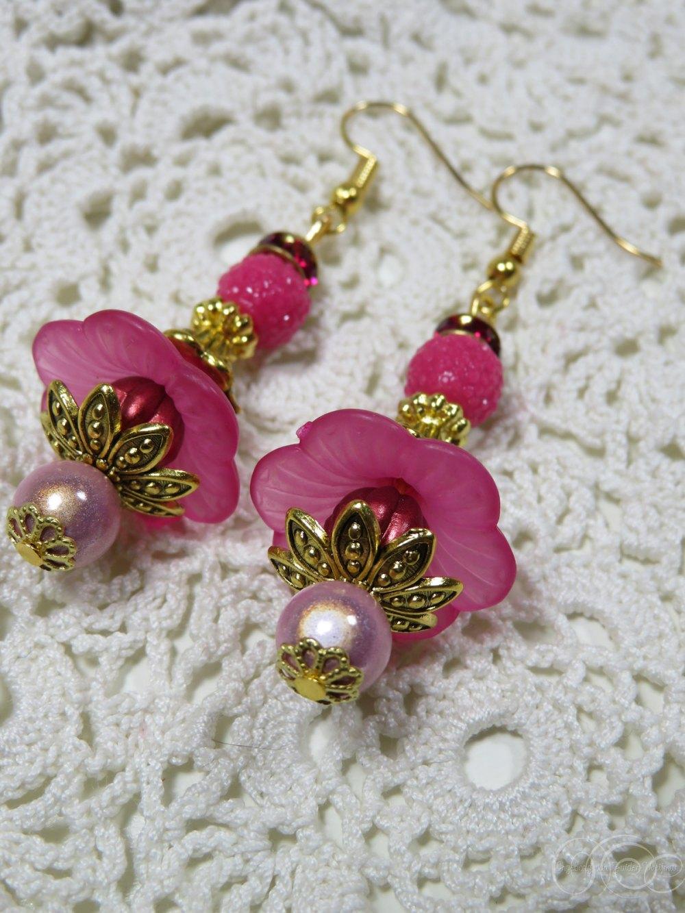 Handmade flower earrings by Ingeborg van Zuiden