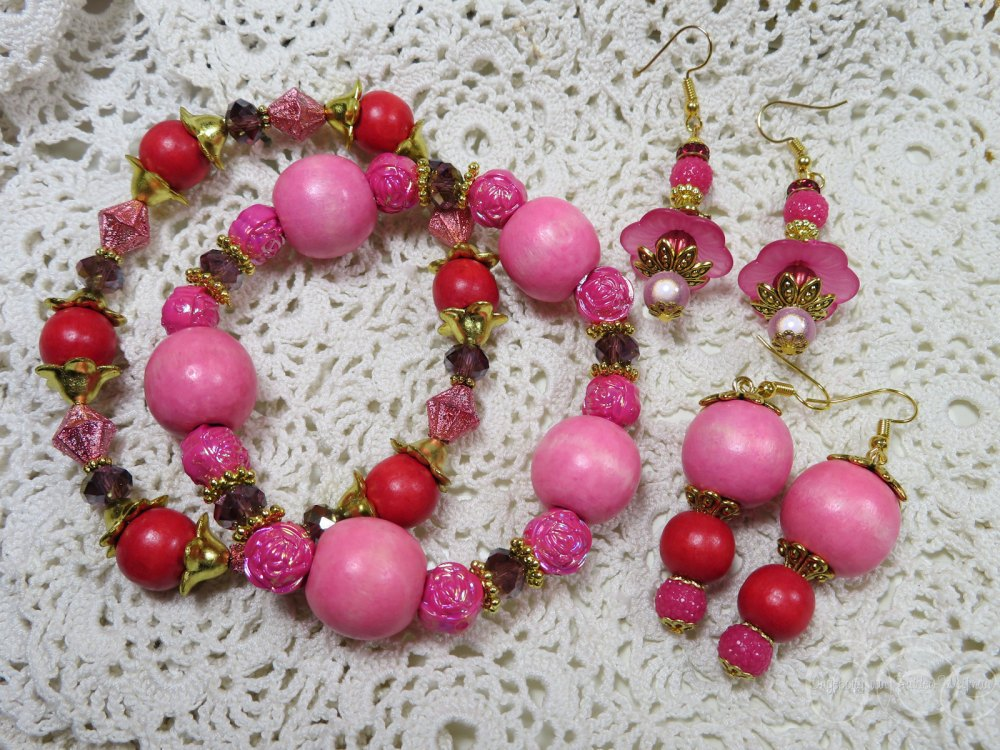 Set of two bracelets and matching pink earrings by Ingeborg van Zuiden