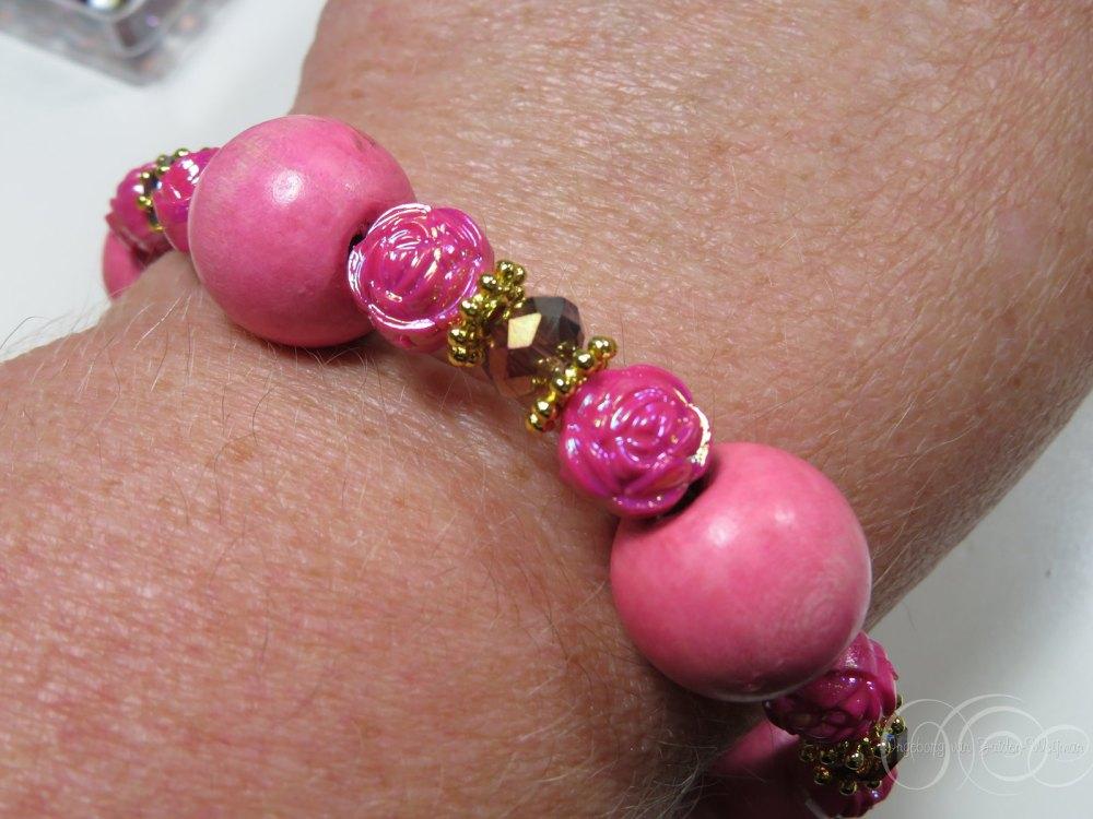 Showing of pink wooden bracelet by Ingeborg van Zuiden