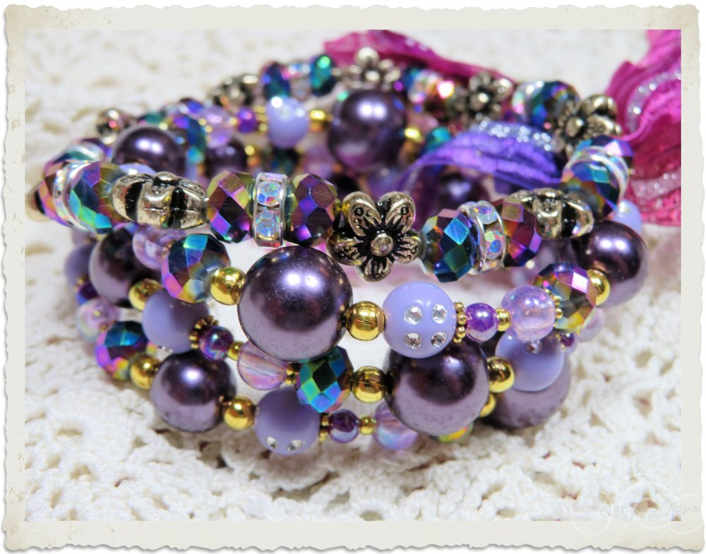 Memory wire bracelet with flower beads and strass rondelles by Ingeborg van Zuiden Weijman