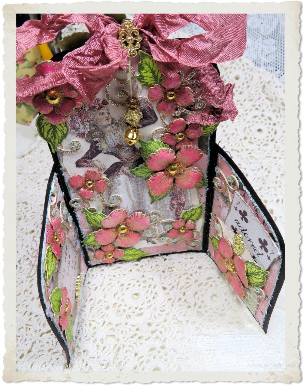 Dutchdoobadoo folding card with Marie Antoinette and Oakberry Lane flowers from Heartfelt Creations by Ingeborg van Zuiden