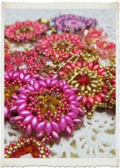 Pink Superduo earrings by Ingeborg van Zuiden