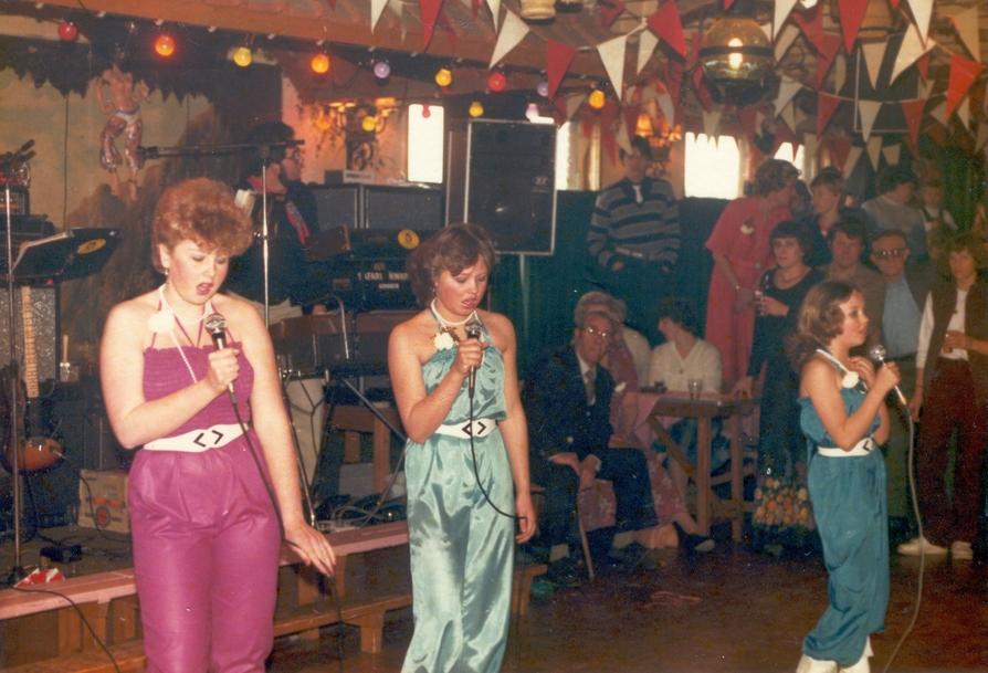 The Three Dancing Stars: Inge Weijman, Georgette & Barbara de Jager bij de Flabinussen Carnavalsverening