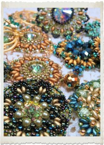 Handmade green gold beadweaving earrings by Ingeborg van Zuiden